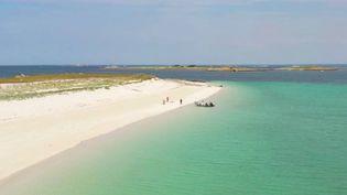Alors qu'une majorité de Français ne sait toujours pas quelle sera leur destination estivale, certains territoires de l'Hexagone comme les îles de Glénan (Finistère) n'ont rien à envier à certains paysages du bout du monde. (FRANCE 2)