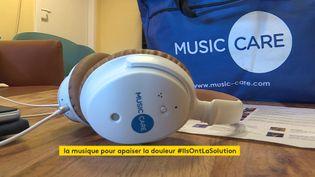 Le casque, la tablette et le dépliant proposés par Music Care, spécialiste de la musicothérapie. (France 3 Rouen)