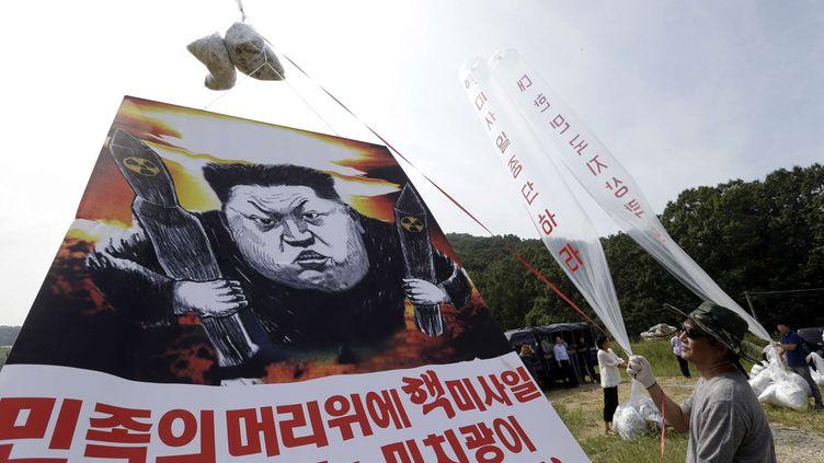 L'envoi de messages de propagande au moyen de ballons d'hélium est une pratique courante de la part des militants sud-coréens. Ces opérations provoquent toujours de vives réactions du Nord, qui menace de riposter par des frappes militaires. Park Sang-hak, qualifié de «lie de l'humanité sans équivalent dans le monde» par l'agence officielle nord-coréenne KCNA, a indiqué que les conditions météorologiques n'avaient permis de lancer que 150.000 tracts, soit la moitié du total prévu. (SIPA/AP Photo/Ahn Young-joon)