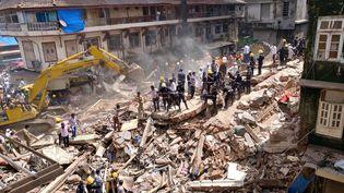 Secouristes et pompiers s'activent dansles débris de l'immeuble qui s'est effondréà Bombay (Inde), le 31 août2017 (SHAILESH ANDRADE / REUTERS)
