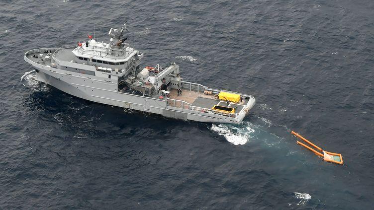 """Un navire de la marine nationale installe un barrage de confinement d'hydrocarbures sur la zone de naufrage du """"Grande America"""", le 18 mars 2019, dans le golfe de Gascogne. (FRED TANNEAU / AFP)"""