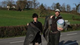 Juana et Ddiddue Etcheberry sont les créateurs basques de la marque Owantshoozi. La soeur et le frère avec leur récolte de plastique leur servant à fabriquer des casquettes, en novembre 2020 au Pays Basque. (LAURENT FERRIERE / HANS LUCAS)