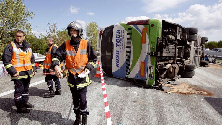 Un car de touristes roumains s'est renversé sur l'autoroute A8 dans le Var après avoir crevé un pneu, le 2 septembre 2012. (JEAN CHRISTOPHE MAGNENET / AFP)