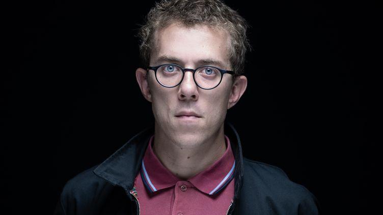 Le journaliste Valentin Gendrot pose, le 1er septembre 2020 à Paris. (JOEL SAGET / AFP)
