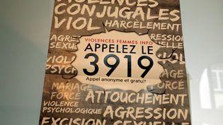 Une affiche pour le numéro de téléphone 3919destiné aux femmes victimes de violences, à Thionville le 3 janvier 2018 (photo d'illustration). (JULIO PELAEZ / MAXPPP)
