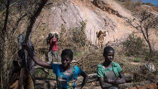 Des femmes travaillant dans une mine près de Lubumbashi, au Katanga (RDC), en mai 2015. (FEDERICO SCOPPA / AFP)