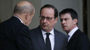 François Hollande accueille Jean-Yves Le Drian et Manuel Valls, le 22 mars 2016, à l'Elysée. (GONZALO FUENTES / REUTERS)