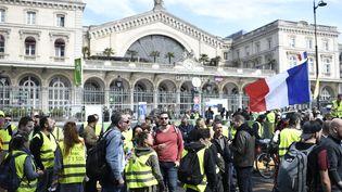 """Des """"gilets jaunes"""" se réunissent devant la gare de l'Est, à Paris, le 30 mars 2019. (STEPHANE DE SAKUTIN / AFP)"""