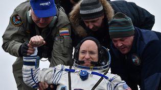 Scott Kelly est accueilli sur Terre à son retour de la Station spatiale internationale (ISS), au Kazakhstan, le 2 mars 2016. (KIRILL KUDRYAVTSEV / POOL / AFP)