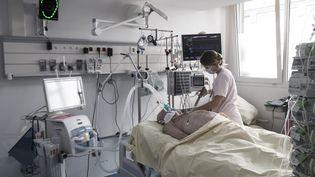 Un patient atteint du Covid-19 pris en charge dans une unité de soins intensifsde l'hôpital Louis-Mourier, à Colombes (Hauts-de-Seine), le 8 novembre 2020. (ALAIN JOCARD / AFP)