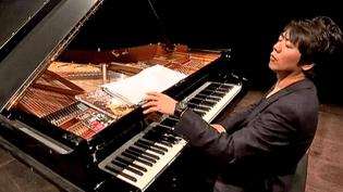 """Le pianiste virtuose Lang Lang sort des sentiers battus en se frottant à d'autres styles musicaux que le classique dans son nouvel album """"New York Rhapsody""""  (Culturebox / Capture d'écran)"""