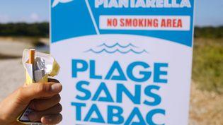 """La plage de Bonifacio (Corse), labellisée """"Plage sans Tabac"""", le 19 mars 2018. (PHILIPPE ROYER / ONLY FRANCE / AFP)"""