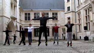 Les danseurs du Centre Chorégraphique national Tours mettent en mouvement le Palais Jacques Coeur de Bourges  (France 3 / Culturebox)