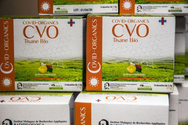 Des lots de Covid-Organics sont présentés à la presse à Antananarivo le 20 avril 2020. (RIJASOLO / AFP)