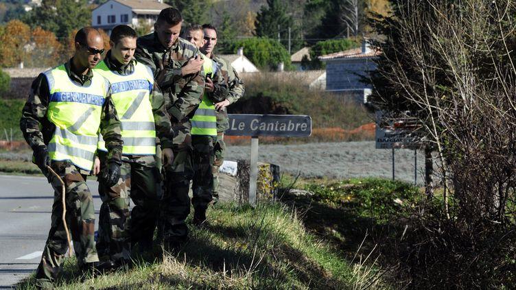 Des gendarmes participent aux recherches entreprises le 12 novembre 2012 à Barjac (Gard) pour retrouver Chloé Rodriguez, une adolescente de 15 ans. (BORIS HORVAT / AFP)