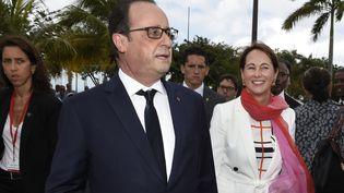 François Hollande, accompagnée de la ministre de l'Ecologie, Ségolène Royal, quittent une cérémonie officielle, le 9 mai 2015 à Fort-de-France (Martinique). (ALAIN JOCARD / AFP)
