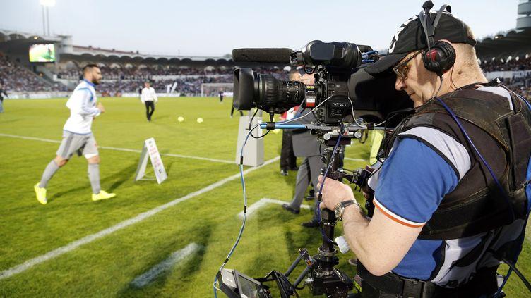 Un caméraman lors d'un match de foot à Bordeaux, en avril 2015 (illustration). (FREDERIC SPEICH / MAXPPP)