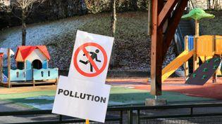 Dans la cour de récréation d'une école de Passy (Haute-Savoie), un panneau rappelle l'interdiction de courir en raison de l'alerte à la pollution (GREGORY YETCHMENIZA / MAXPPP)