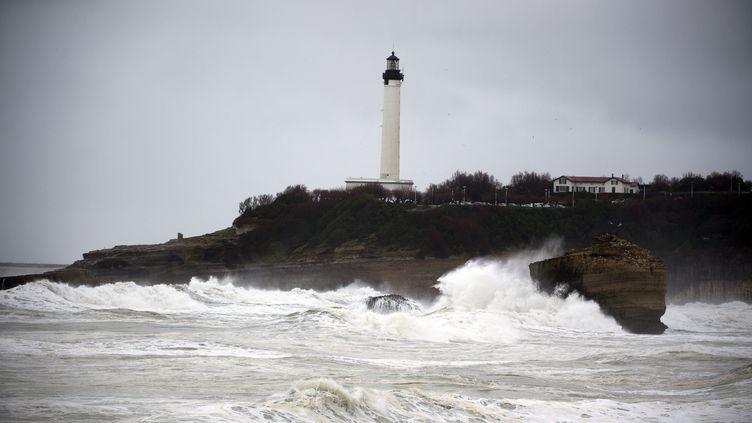 La plage de Biarritz par mauvais temps (illustration). (CAROLINE BLUMBERG / EPA)