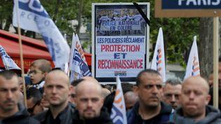 Des policiers manifestent dans Paris, le 26 avril 2017 (GONZALO FUENTES / REUTERS)