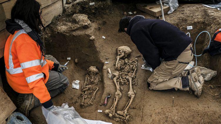Les archéologues travaillant sur la nécropole de Fourvière à Lyon.  (JEFF PACHOUD / AFP)