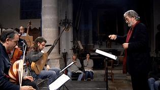 """Jordi Savall en répétition avec l'orchestre """"Concert des nations"""" àArc-et-Senans  (France 3 / capture d'écran)"""