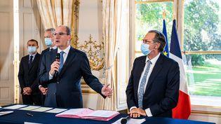 Jean Castex et Renaud Muselier (au premier plan, respectivement à gauche et à droite), le 30 juillet 2020 à l'hôtel Matignon, à Paris. (XOSE BOUZAS / HANS LUCAS / AFP)
