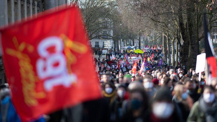 Des personnes défilent lors d'une manifestation à Nantes, le 4 février 2021, dans le cadre d'une journée nationale de protestation appelée par le syndicat CGT pour la préservation et le développement de l'emploi et des services publics. (LOIC VENANCE / AFP)
