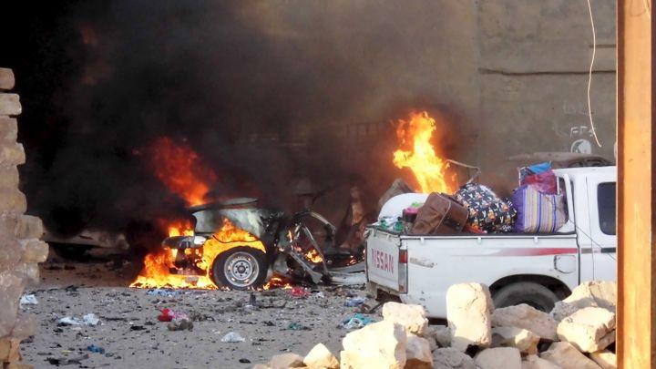 Une voiture flambe après des combats à Ramadi, en Irak, le 16 mai 2015. (  REUTERS)