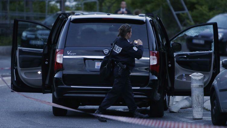 Une policière intervient à proximité de la voiture où a été tuée l'héritière monégasque Hélène Pastor, le 6 mai 2014, à Nice (Alpes-Maritimes). (VALERY HACHE / AFP)