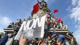 """Une photocopie de la une du quotidien""""Libération"""" du 22 avril 2002, lors d'une manifestation contre le Front national, place de la République à Paris, le 1er mai 2002. (JOEL ROBINE / AFP)"""