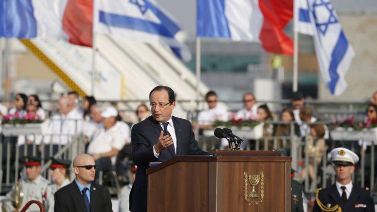 Le président François Hollande s'exprime à l'aéroport de Tel-Aviv (Israël), le 17 novembre 2013. (MARCO LONGARI / AFP)