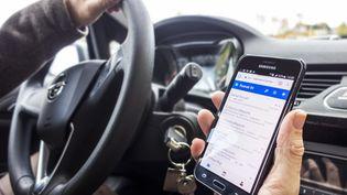 Pour lutter contre les accidents de la route, le gouvernement a décidé de mettre la priorité sur la limitation de vitesse sur les routes secondaires et sur la lutte contre l'utilisation du téléphone portable au volant. (PHILIPPE CLEMENT / BELGA / AFP)
