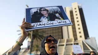 Une femme brandissant le portrait l'avocate et militante des droits humains Salwa Bugaighis,assassinée chez ellele 25 juin 2014. Benghazi, le 27 juin 2014. (ESAM OMRAN AL-FETORI / X02867)