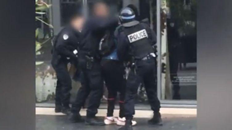 (Un policier frappe violemment un lycéen en marge de la manifestation contre la Loi travail à Paris © capture d'écran CR12C Youtube)