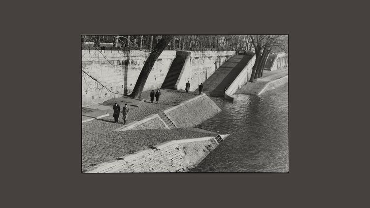 """Henri Cartier-Bresson, """"Les quais de Seine"""", 1955 Collection du musée Carnavalet – Histoire de Paris (© Fondation Henri Cartier-Bresson/Magnum Photos)"""