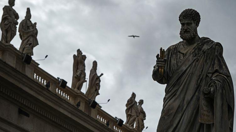 La statue de Saint-Pierre au Vatican, le 11 mars 2013. (VLADIMIR ASTAPKOVICH / RIA NOVOSTI / AFP)
