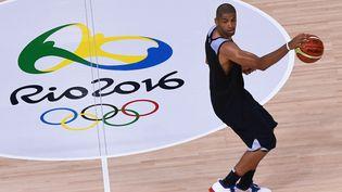 Le Français Nicolas Batum s'entraîne à Rio (Brésil), le 3 août 2016. (MARK RALSTON / AFP)