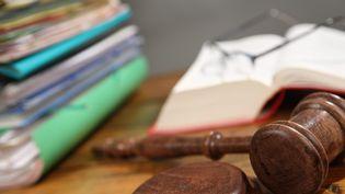 Maillet de justice avec des dossiers et un Code pénal ouvert. (MAXPPP)