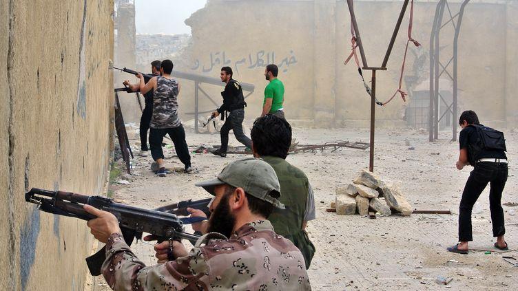 Des rebelles syriens tirent sur des soldats de l'armée syrienne régulière, à Alep (Syrie), le 12 mai 2013. (AFP )