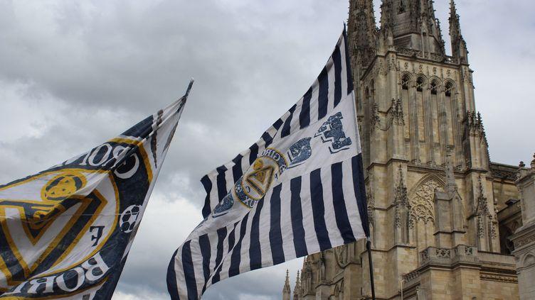 Des drapeaux desupporters des Girondins de Bordeaux (illustration). (CAMILLE HUPPENOIRE / RADOFRANCE)