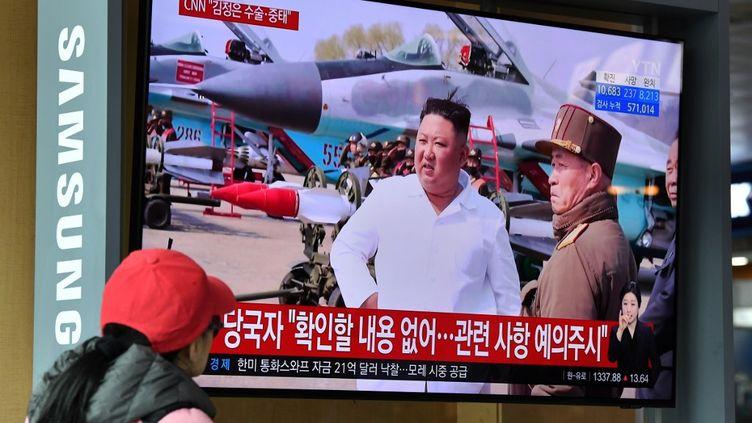 Un écran de télévision relaie des informations sur l'absence du leader nord-coréenKim Jong-un dans une gare de Séoul (Corée du Sud), le 21 avril 2020. (JUNG YEON-JE / AFP)
