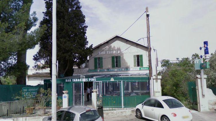 Le bar-tabac des Pins, situé dans le 12e arrondissement de Marseille (Bouches-du-Rhône), où un buraliste a blessé un braqueur d'un tir de gomme-cogne, le 30 septembre 2013. (GOOGLE STREET VIEW)