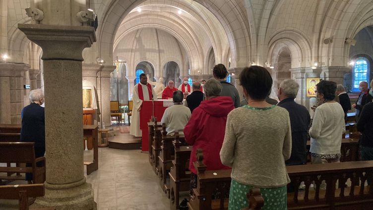 Une messe est célébrée en hommage au père Olivier Maire, ce mardi 10 août, à Saint-Laurent-sur-Sèvre. (MAXIME TELLIER / RADIO FRANCE)