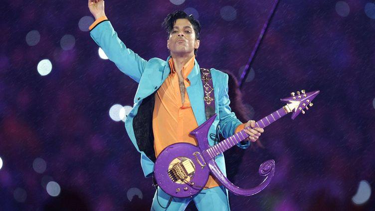 Prince lors du show du Superbowl, le 4 février 2007 à Miami (Etats-Unis). (CHRIS O'MEARA/AP/SIPA / AP)