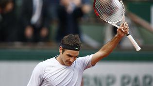 Le tennisman suisse Roger Federer célèbre sa victoire sur le Français Gilles Simon en huitième de finale de Roland-Garros, le 2 juin 2013. (MARTIN BUREAU / AFP)