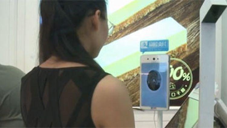 Il est désormais possible de payer avec la reconnaissance faciale en Chine. (FRANCE 3)