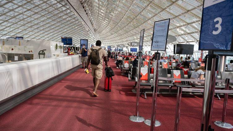 Un passager à l'aéroport Roissy-Charles-de-Gaulle, le 17 juin 2021. (SANDRINE MARTY / HANS LUCAS / AFP)