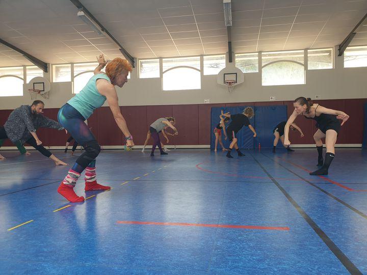 """La danseuse suédoise Rebecca Hytting (à droite) apprend aux participants un morceau de du spectacle """"Love Chapter 2"""" dela chorégraphe israélienneSharon Eyal (LEELA BADRINATH)"""