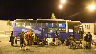 Migrants du Niger en voie d'être rapatriés par les autorités algériennes à Tamanrasset, dans le sud algérien. (RYAD KRAMDI / AFP)